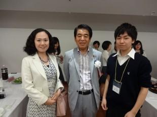 左:英語科竹村先生、中央:下村博文文部科学大臣と一緒に